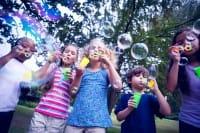 Come fare le bolle di sapone in casa: divertimento assicurato per grandi e piccini