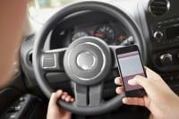 Strage del cellulare al volante, serve una linea dura. A partire dal ritiro della patente