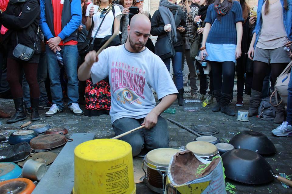 Il percussionista di strada Dario Rossi e la sua musica con materiali di scarto