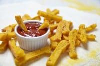 Chips di polenta al rosmarino e zucca gialla: la ricetta per un gustoso aperitivo vegetariano