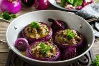 Cipolle al forno gratinate: la ricetta che recupera le verdure e i formaggi avanzati