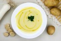 Vellutata di porri: la ricetta con le patate che recupera le verdure avanzate