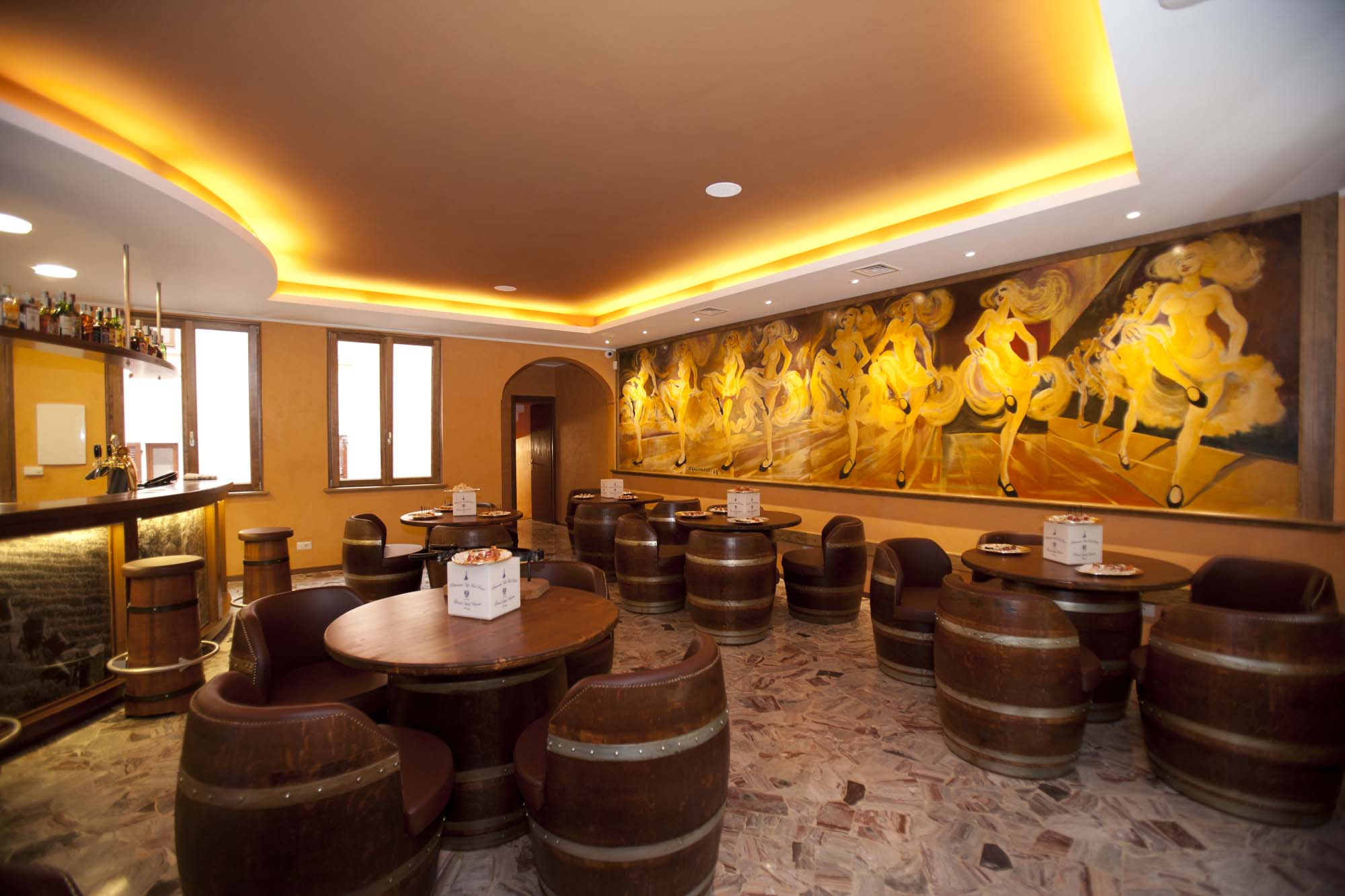 Riciclo botti vino alla falegnameria briganti di cesena for Adornos para bares rusticos