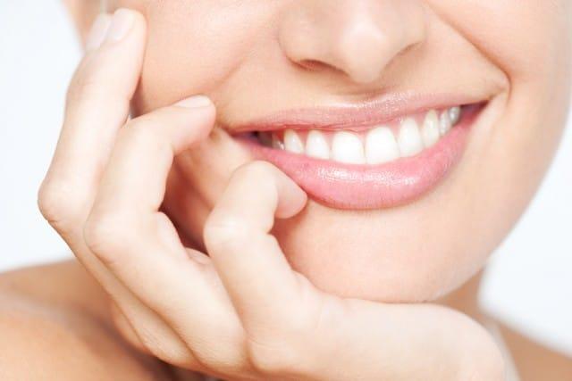 Carie ai denti: le cause e i consigli su come prevenire il problema con i rimedi naturali
