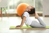 Yoga a scuola, si può iniziare già a cinque anni. Tra i benefici: più autocrontrollo e più concentrazione