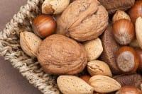 Dormire bene: dalle noci ai semi di lino, ecco gli alimenti che favoriscono sonno e relax