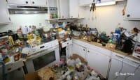 Cucina sommersa da oggetti