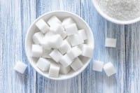 Basta zucchero, è peggio del colesterolo. E la Coca Cola lo riduce nelle sue lattine