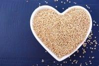Benefici della quinoa: le proprietà che la rendono un super cibo e alcune ricette gustose