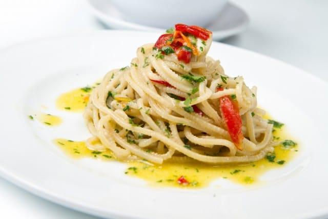 Spaghetti aglio e olio: la ricetta con peperoncino e curcuma
