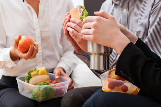 Mangiare in ufficio: 10 consigli per non sprecare cibo e soldi