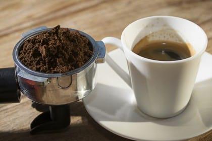 Come riciclare i fondi di caffé: tanti modi per utilizzarli. Anche una spugna per pulire l'acqua