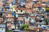 A Citta del Capo la nuova baraccopoli: casette su due piani costruite in un giorno