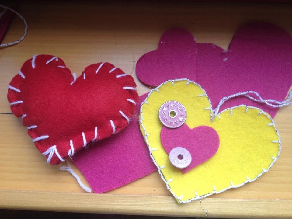 come cucire un cuore di feltro