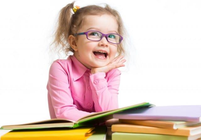 Come prevenire la miopia nei bambini, ecco 10 consigli semplici e facili da seguire