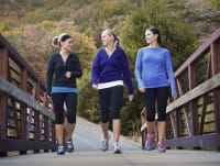 Camminare insieme riduce i rischi di ictus e depressione. E migliora il nostro umore