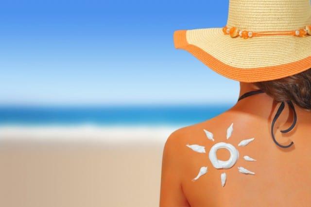 Prendere il sole fa bene, ma ecco 10 consigli per evitare qualsiasi rischio