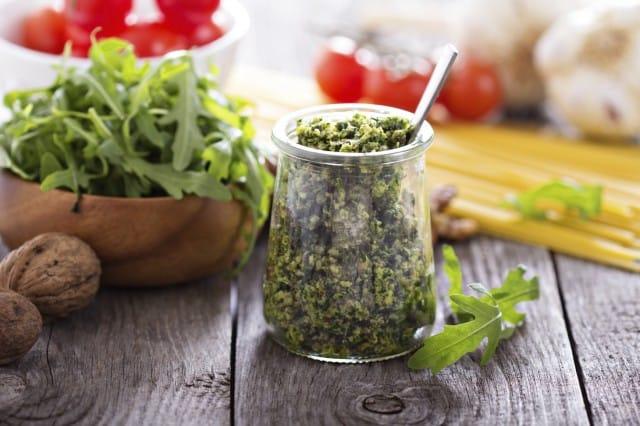 Pesto di rucola e noci, una salsa da gustare con la pasta e le verdure grigliate