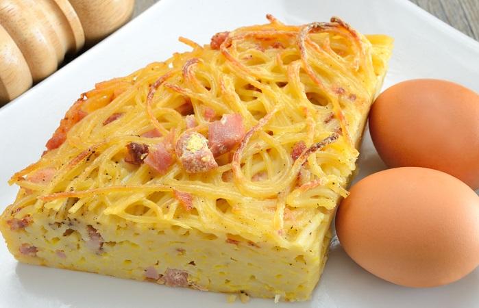 Frittata di pasta, la ricetta con gli avanzi. Fate in modo che il primo strato sia dorato