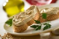 Hummus di melanzane, la ricetta per prepararlo in casa. Gustatelo con i pomodori secchi
