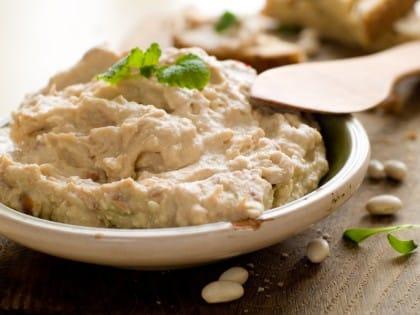 Hummus da gustare con i crostini