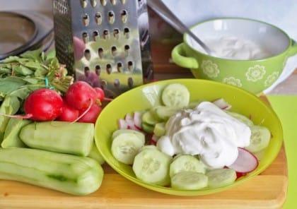 Insalata di cetrioli e yogurt: la ricetta estiva perfetta per mantenersi in forma e in salute