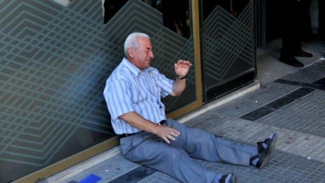 Un magnate australiano aiuta il pensionato  greco che piange davanti alla banca (Foto)