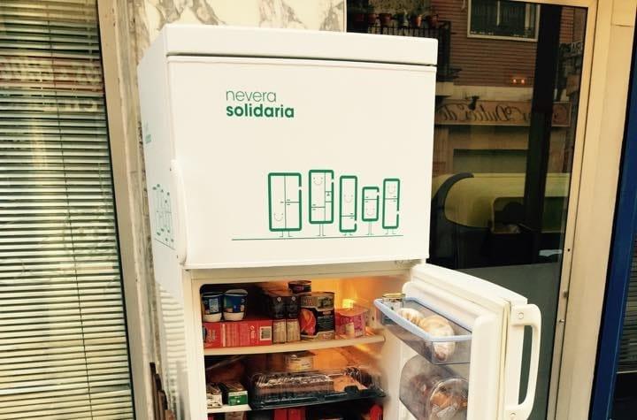 Frigoriferi solidali, la rete spagnola in tutto il paese. Nei quartieri chi ha cibo avanzato lo deposita, e chi ne ha bisogno lo ritira (foto)
