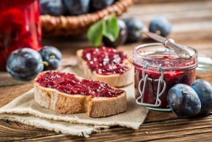 Marmellata di prugne fatta in casa: la ricetta e tante idee per golose varianti