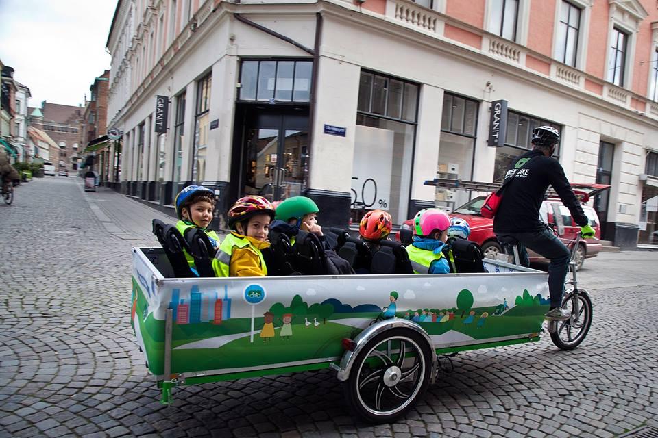 Scuolabus a pedali: i bambini si divertono e i genitori non devono più prendere l'auto (foto e video)