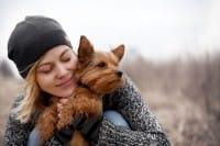 Cani e gatti, i consigli per educarli bene e farli felici. Senza cedere a manie, come l'idromassaggio