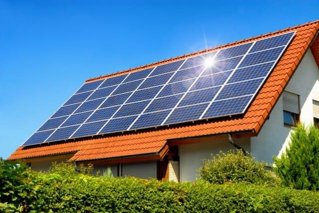 COME RISPERMIARE ENERGIA CON I PANNELLI SOLARI