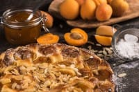 Crostata di albicocche, la ricetta in versione vegan e quella senza burro, con lo yogurt