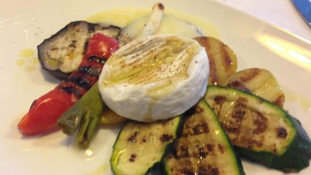 Gran composizione di verdurecon tomino filante ed emulsione di barbabietola