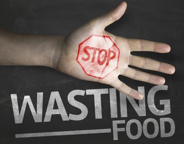 Basta! Fermiamo l'enorme spreco di cibo nei supermercati