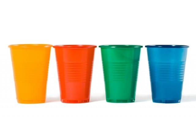 Riciclo creativo dei bicchieri di plastica: alcune idee da realizzare insieme ai bambini