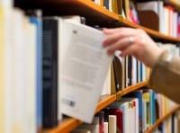 """Il libro sospeso: spopola la catena  dei volumi regalati ai detenuti. Il lavoro dei volontari di """"Pane e vita"""""""
