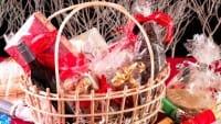 Cesto natalizio fai da te: tante idee per un regalo unico e originale