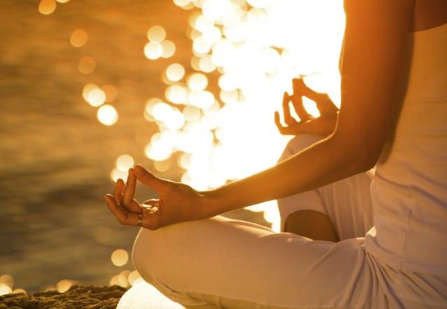Meditazione e Mindfulness, tutti i benefici. La postura corretta: spalle larghe e occhi bassi