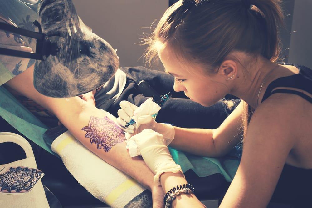 come evitare rischi con i tatuaggi