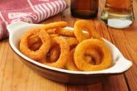 La ricetta per preparare in casa gli anelli di cipolla fritti, gli onion rings, un antipasto gustoso