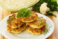 Frittelle di cavolfiore con cipolline, la ricetta senza uova per un secondo piatto gustoso