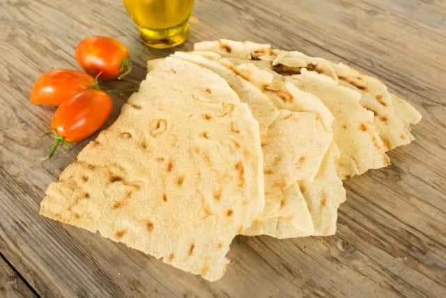 """La ricetta per preparare in casa il pane Carasau conosciuto anche come """"Carta musica"""""""