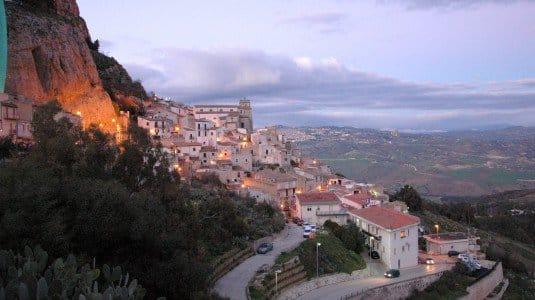 Sutera, il borgo siciliano che rinasce grazie agli immigrati