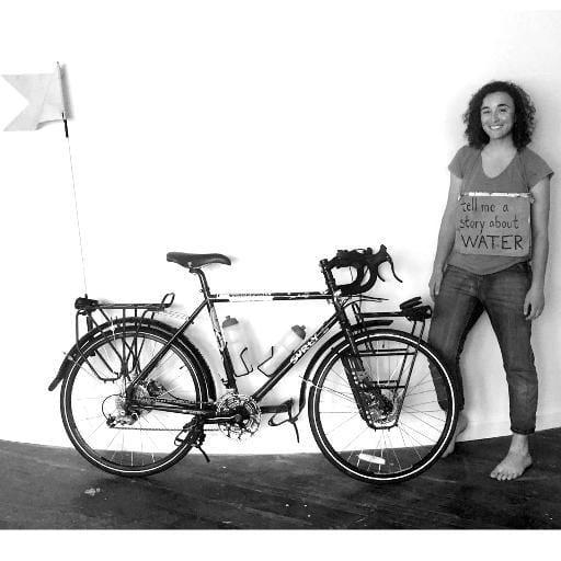 La donna che gira il mondo in bici e raccoglie storie per salvare il Pianeta (foto)