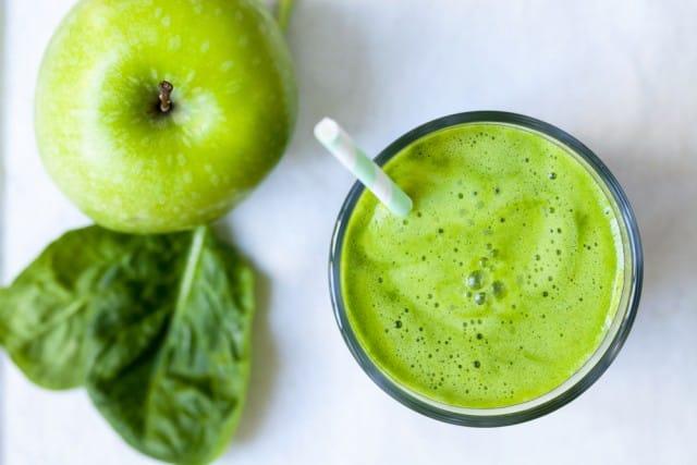 Succo di mele e spinaci con noce moscata, la ricetta per digerire