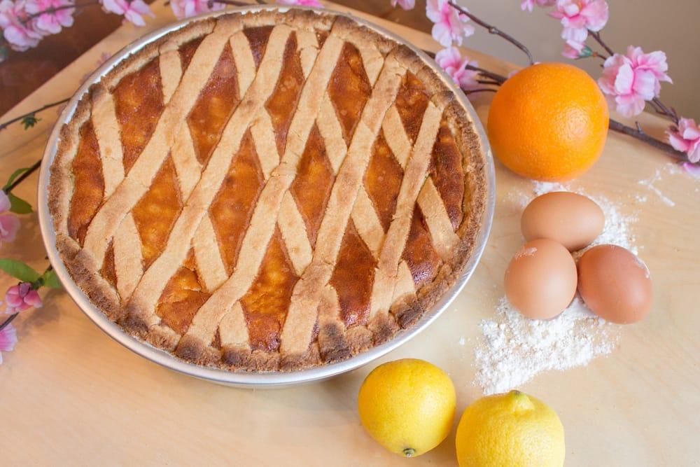 La pastiera, un dolce tipico della tradizione napoletana, arricchito dal profumo dei fiori d'arancio