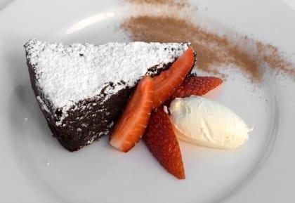 Torta Caprese, la ricetta di una vera e propria delizia a base di cioccolato e mandorle