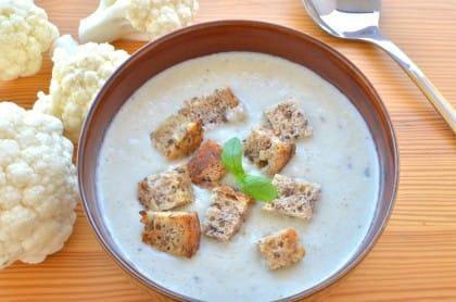 La ricetta della zuppa di cavolfiore con polpa di granchio. E non dimenticate lo scalogno