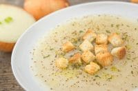 Zuppa di cipolle: due ricette e alcune gustose varianti con crostini, brodo vegetale e patate
